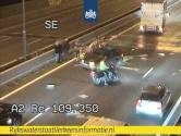 A2 bezaaid met spullen na ongeluk met aanhanger bij knooppunt Empel