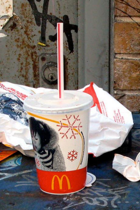 Politie pakt asociale sloddervossen aan bij McDonald's in Cuijk