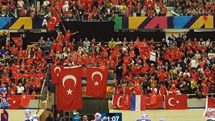 Turkije in actie tijdens de finale van het OKT volleybal tegen Duitsland. Het Omnisportcentrum in Apeldoorn zit helemaal vol.