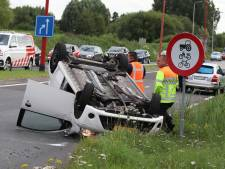 Auto slaat over de kop en landt op dak bij Veenendaal: chauffeur met schrik vrij