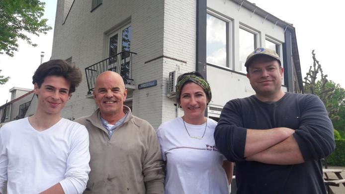 Jan Gravestein en zijn zoon op links, daarnaast zijn partners Yasemin Atici en Marcel van Look. Ze staan voor de nieuwe zaak aan de Hoevenseweg.