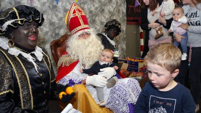 Kinderen in de rij om op schoot van Sinterklaas te zitten