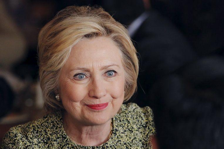 Clinton luistert naar een buurtwerker in Jackson Diner tijdens een campagnebezoek aan Queens in New York. Beeld Reuters