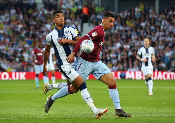 Aston Villa-aanvaller Anwar El Ghazi in duel met Mason Holgate.