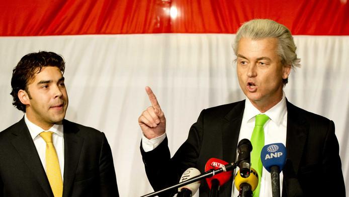 Lijsttrekker Leon de Jong (links) van de Haagse PVV en Geert Wilders in maart 2014 wachtend op de uitslag van de gemeenteraadsverkiezingen.
