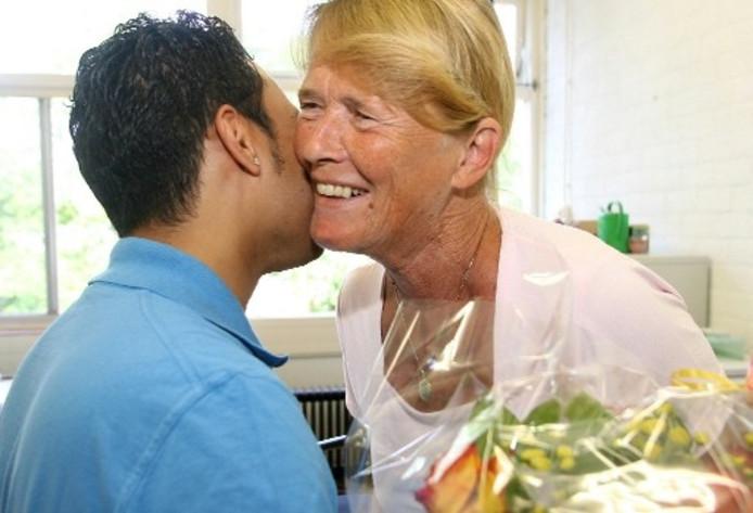 Afscheid van Ankie Dotinga, soms met een bosje bloemen of een fles wijn, niet zelden met een dikke knuffel. Foto RONALD HISSINK