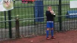 Jongetje grijpt kornet vast om 'Last Post' aan te heffen voor voetbalmatch. Wat volgt, doet het haar op de armen overeind komen