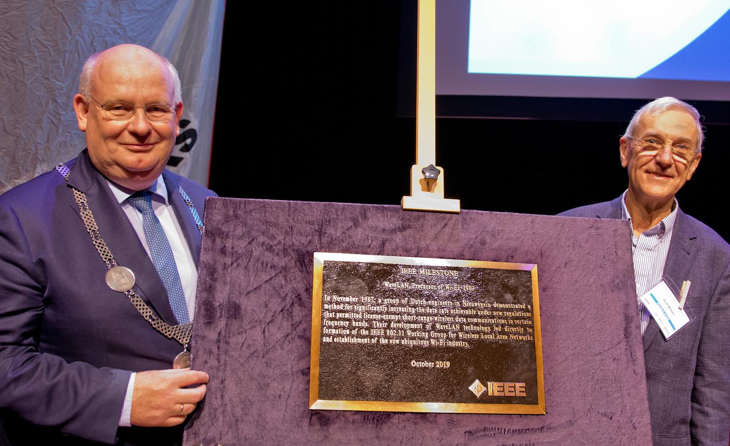 Burgemeester Backhuijs krijgt de Milestone award plaquette uit handen van José Moura, voorzitter van de Institute of Electrical and Electronics Engineers IEEE.