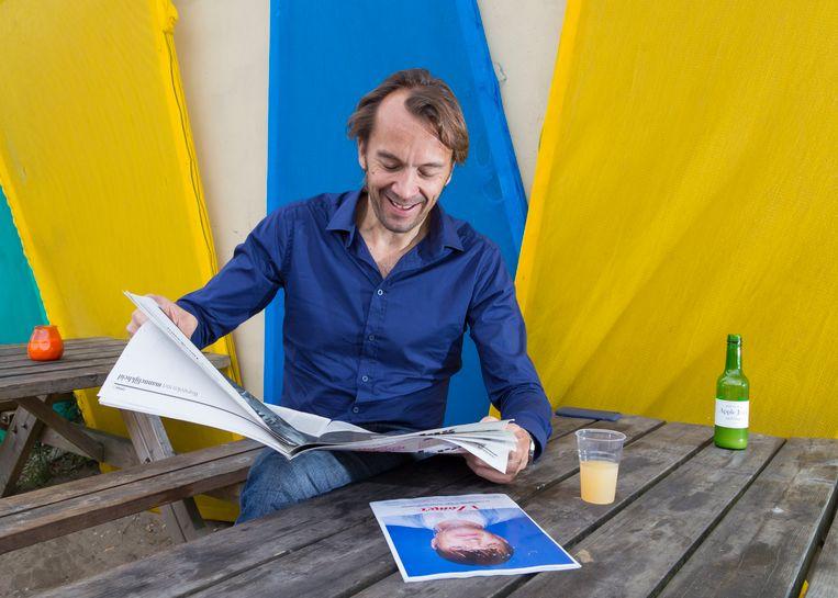 Pieter Klok leest de krant. Beeld Pauline Niks
