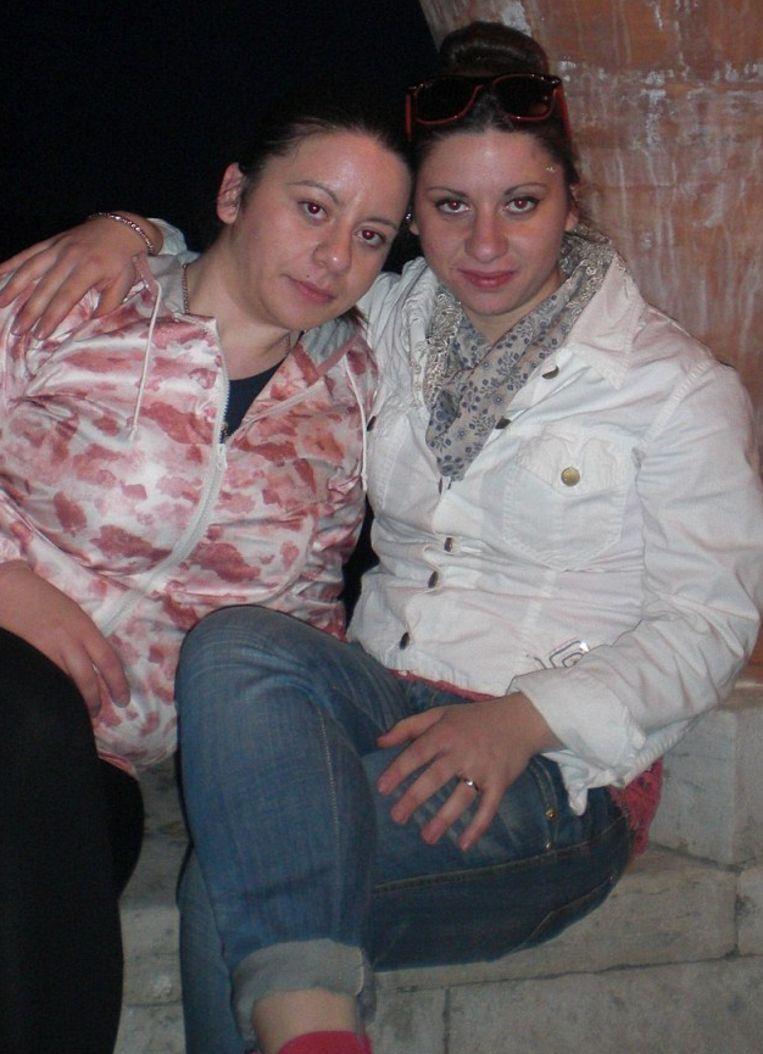 Lorena (r) naast haar biologische zus Elisa.