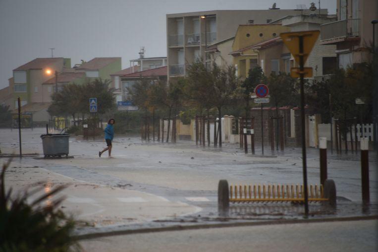 Een vrouw steekt de straat in de Franse kuststad Narbonne.