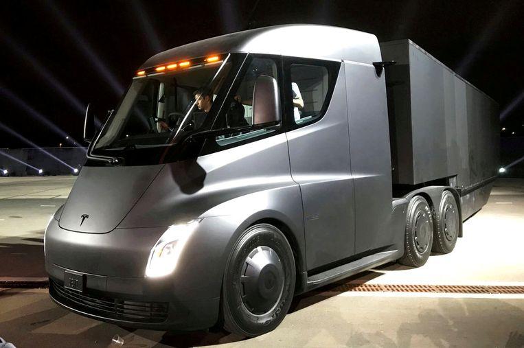 Prototype van Tesla's elektrische truck, die in 2017 werd gepresenteerd. De vrachtwagen moet de komende jaren in productie genomen worden.  Beeld Reuters