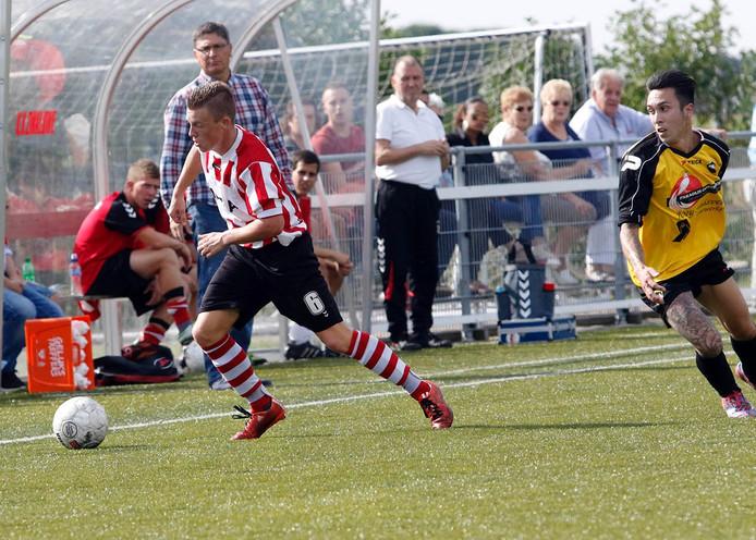 Thijs 't Hooft ( Zwaluwe) was bij vlagen ongrijpbaar, hier flitst hij langs Joey Huisveld ( DIA).