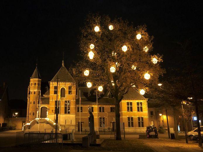 De kerstverlichting op het dorpsplein