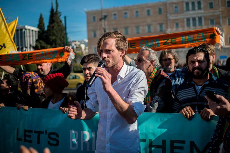 Rikko Voorberg, organisator van 'We Gaan Ze Halen', spreekt de pers toe voor het Griekse parlement op 24 december.