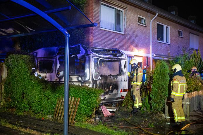 Het huis bleef gespaard, maar de caravan werd totaal vernield door het vuur.