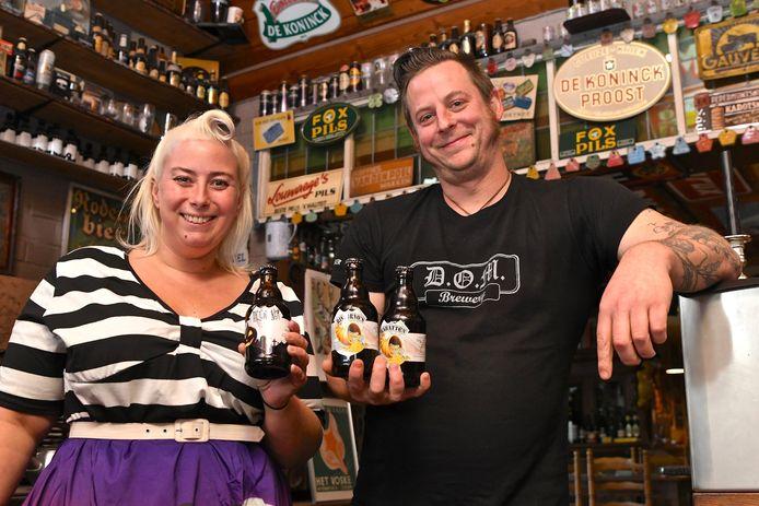 Liesbet Schoonvliet en Jef Pirens hebben 2.882 bieren op voorraad in hun zaak.