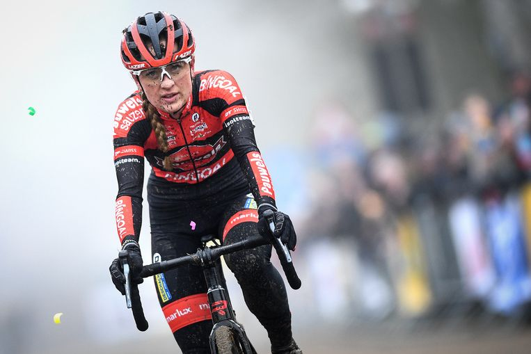 Denise Betsema komt als tweede over de finish in de Kasteelcross in Zonnebeke. Beeld BELGA