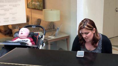 Video toont hartverscheurend moment dat moeder achter piano gaat zitten en prachtig nummer zingt voor terminaal ziek zoontje
