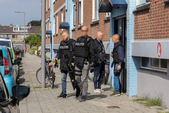 De politie onderzoekt de woning aan de Mertensstraat.