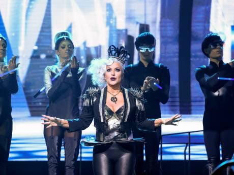 Anastacia zet haar rol als Killer Queen lekker vet aan in We Will Rock You