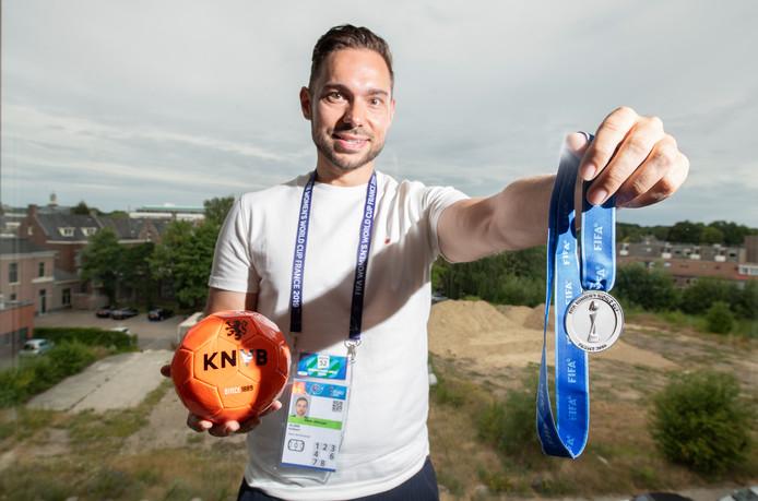 Robbert Alink met de zilveren medaille die hij kreeg omdat hij als lid van het begeleidingsteam alles op het gebied van verblijf en reizen voor de Oranje Leeuwinnen in Frankrijk regelde.