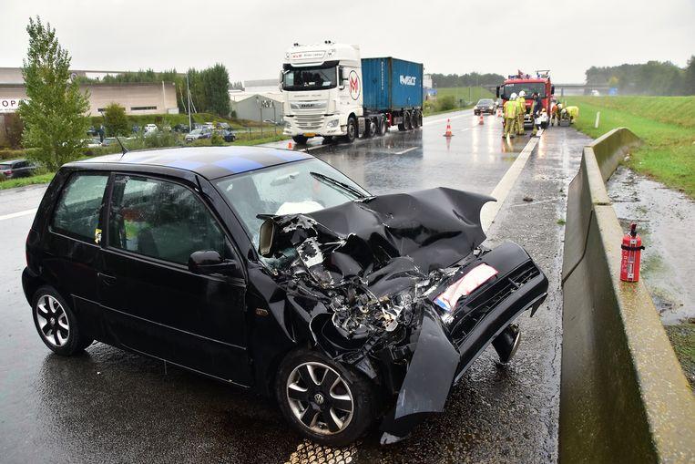 De Volkswagen Lupo raakte zwaarbeschadigd na het ongeval op de A19.