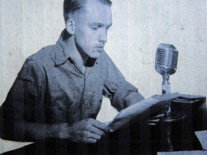 Kees Nijsen achter de Electrovoice microfoon in Makassar (Celebes), eind jaren veertig. Nijsen werkte toen voor het Strijdkrachtenprogramma in Nederlands-Indië. archief Kees Nijsen