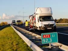 File op A73 bij Cuijk na botsing twee vrachtwagens lost langzaam op