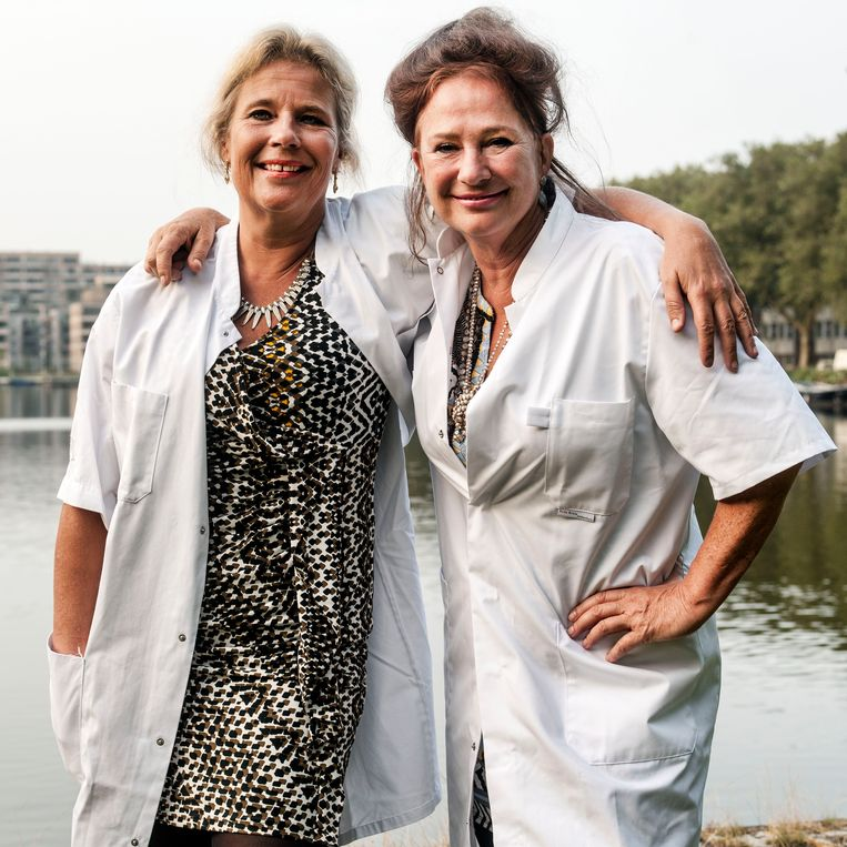 Longartsen Wanda de Kanter (links) en Pauline Dekker strijden al jaren tegen roken. Beeld Guus Dubbelman / de Volkskrant