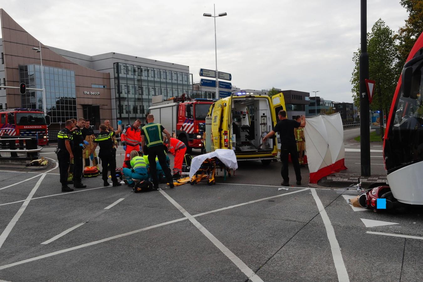 Een vrouw op een bromfiets werd aangereden door een lijnbus in Eindhoven. Zij kwam daarbij om het leven.