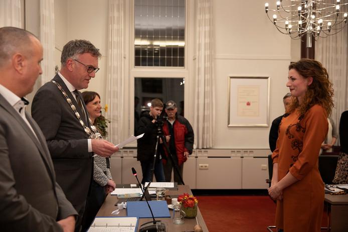 Burgemeester Hans Janssen van Oisterwijk installeert wethouder Stefanie Vatta.
