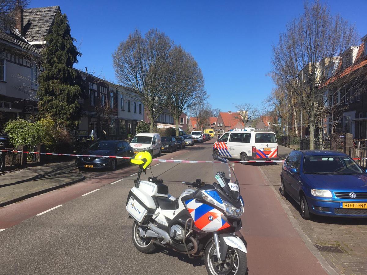 De omgeving om de brand in het appartement in de Waterstraat is ruim afgezet door de politie.