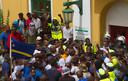 Demonstranten bestormen het regeringsgebouw en eisen het vertrek van premier Rhuggenaath.