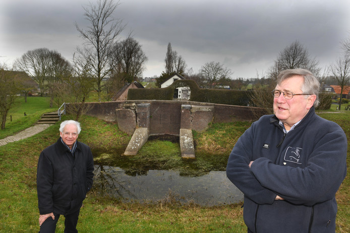 De waterschapsbestuurders Jan Reerink (rechts) en Frans van Bork bij de vervallen afwateringssluis aan de Lekdijk.