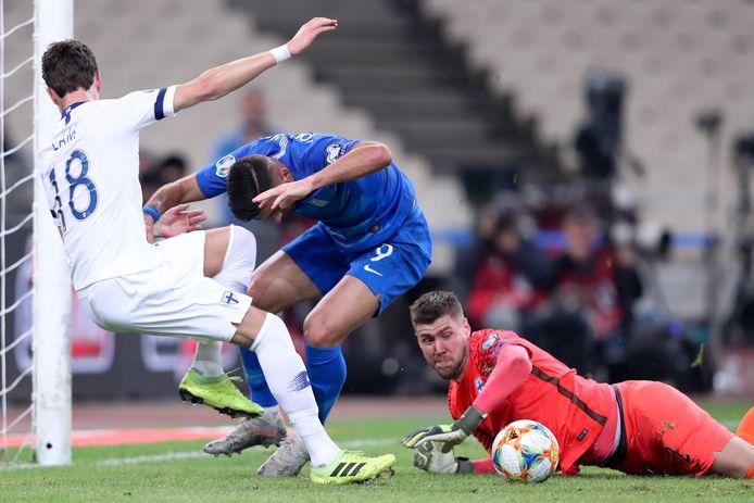 Thomas Lam en doelman Jesse Joronen hebben het zwaar te verduren in de wedstrijd tegen Griekenland.