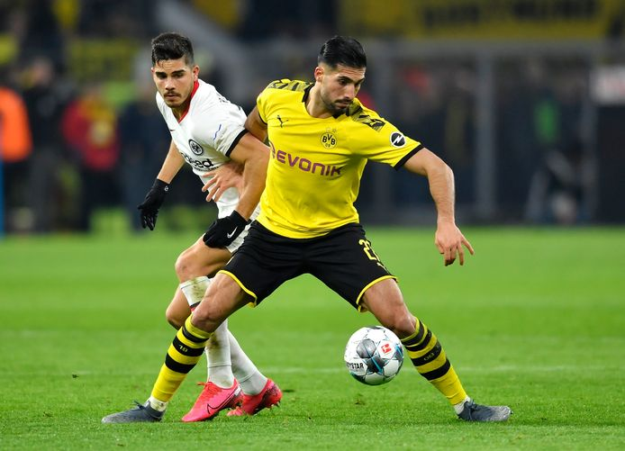 Emre Can schermt de bal af voor André Silva van Eintracht Frankfurt.