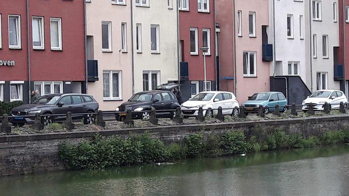 Op deze plek aan de Zuidzijde Haven mogen vanaf maandag een tijdje geen voertuigen geparkeerd worden. Niet vanwege instortingsgevaar, verzekert wethouder Patrick van der Velden, maar om de kademuur niet verder te belasten.
