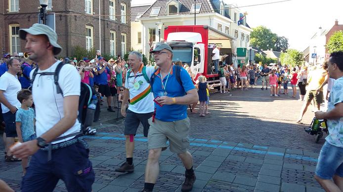 Wandelaars trekken door het centrum van Druten.