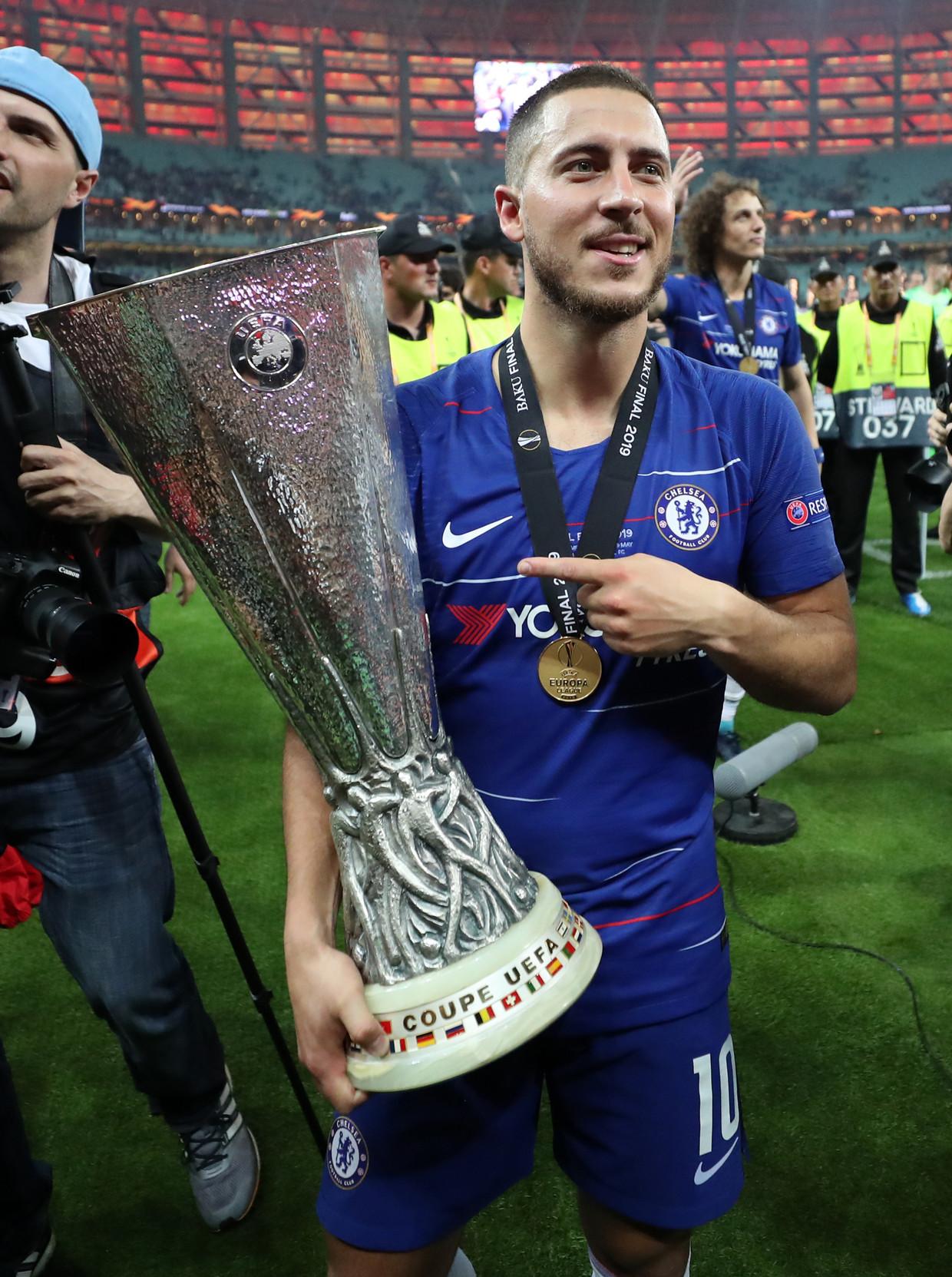 Eden Hazard van Chelsea met de Uefa Cup na de 4-1 zege op Arsenal in de finale van de Europa League.