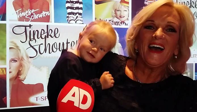 Tineke met haar kleindochter.