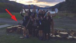 Spokenjagers worden gek over foto van vriendinnen op vrijgezellenweekend: op achtergrond staat jongetje uit griezelige legende
