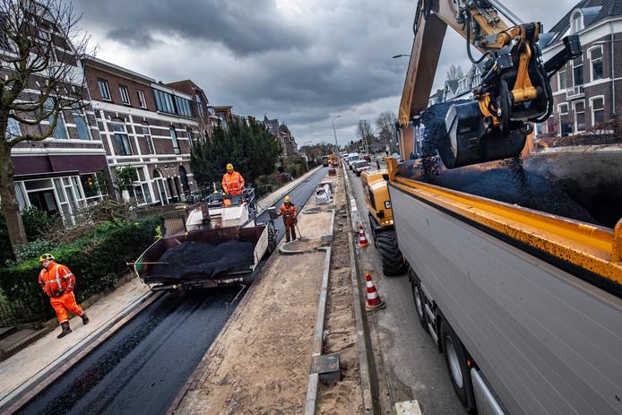 Een asfaltlaag voor het snelfietspad op de Sint Annastraat in Nijmegen, het gaat hier om de ventweg tussen de Spoorkuil en de Archipelstraat. De herinrichting van deze belangrijke doorgaande weg schiet op: voor de Vierdaagse moet het grote werk klaar zijn, verwacht de gemeente.
