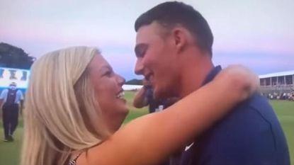 Jonge golfer wint eerste toptoernooi, zijn vriendin weigert een kus live op tv