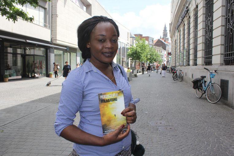 Violeta Cardoso Assani met haar boek Persistentie/Volharding.