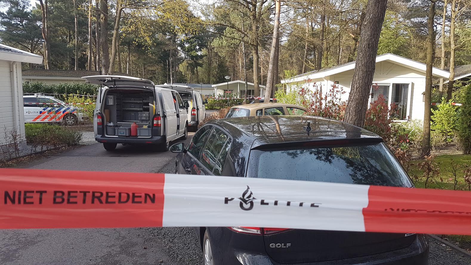 De politie doet onderzoek in Beekbergen naar de dode die daar gevonden is op een vakantiepark