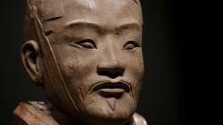 "Chinezen eisen ""strenge straf"" voor man die duim van 2.000 jaar oude terracottasoldaat stal"