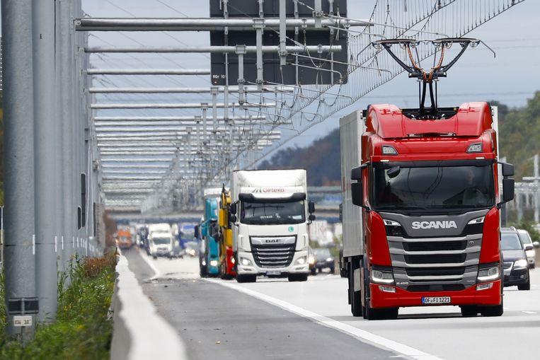 Een vrachtwagen rijdt door middel van elektriciteitskabels. Beeld Getty