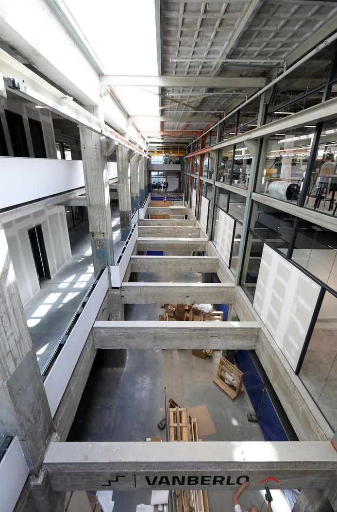 De centrale entreehal met lichtstraat loopt over de lengte van het gebouw. FOTO'S RENÉ MANDERS/FOTOMEULENHOF