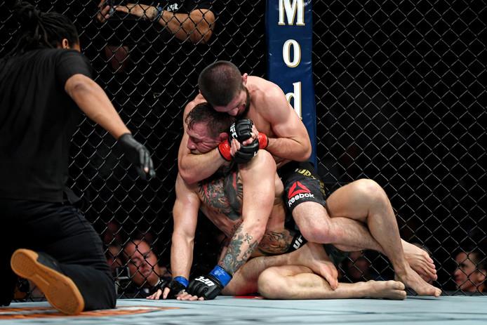 McGregor in gevecht met Noermagomedov.